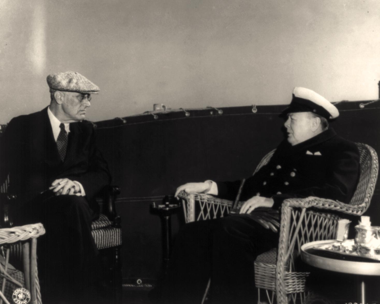 Президент Франклин Рузвельт и премьер-министр Уинстон Черчилль обсуждают послевоенную реорганизацию Европы