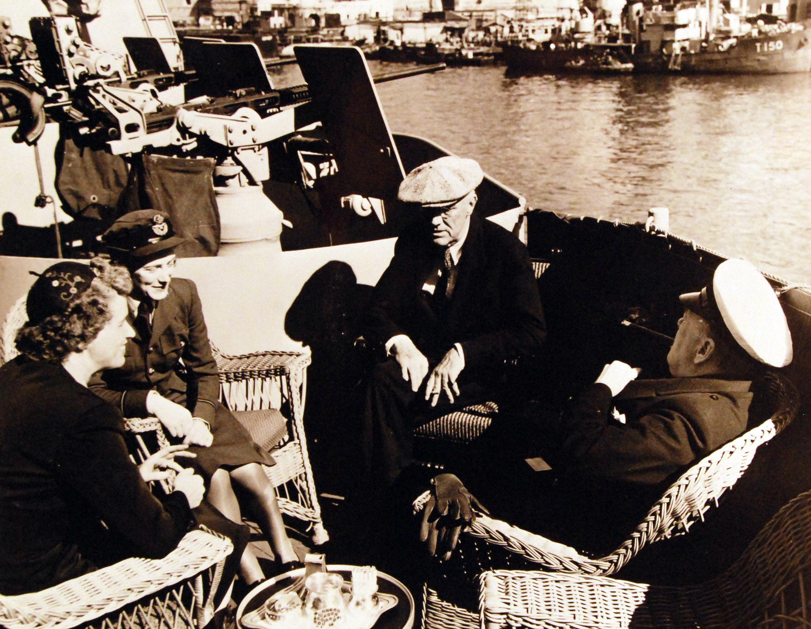 Президент Франклин Рузвельт с дочерью, г-жой Энн Боттигер, Сарой Оливер и премьер-министром Уинстоном Черчиллем