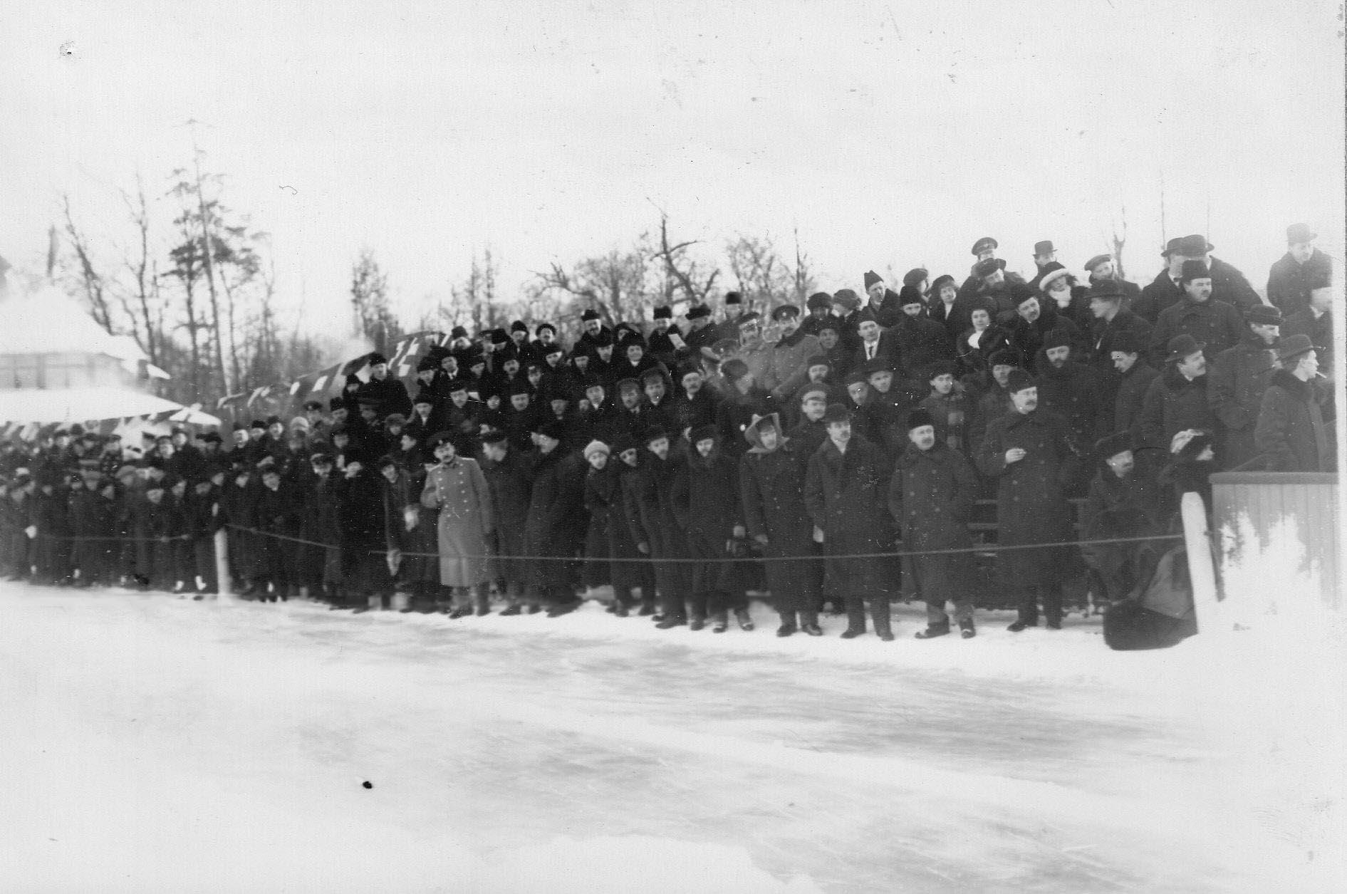 Группа зрителей у беговой дорожки во время соревнований на Крестовском острове. 11 февраля 1913 г.