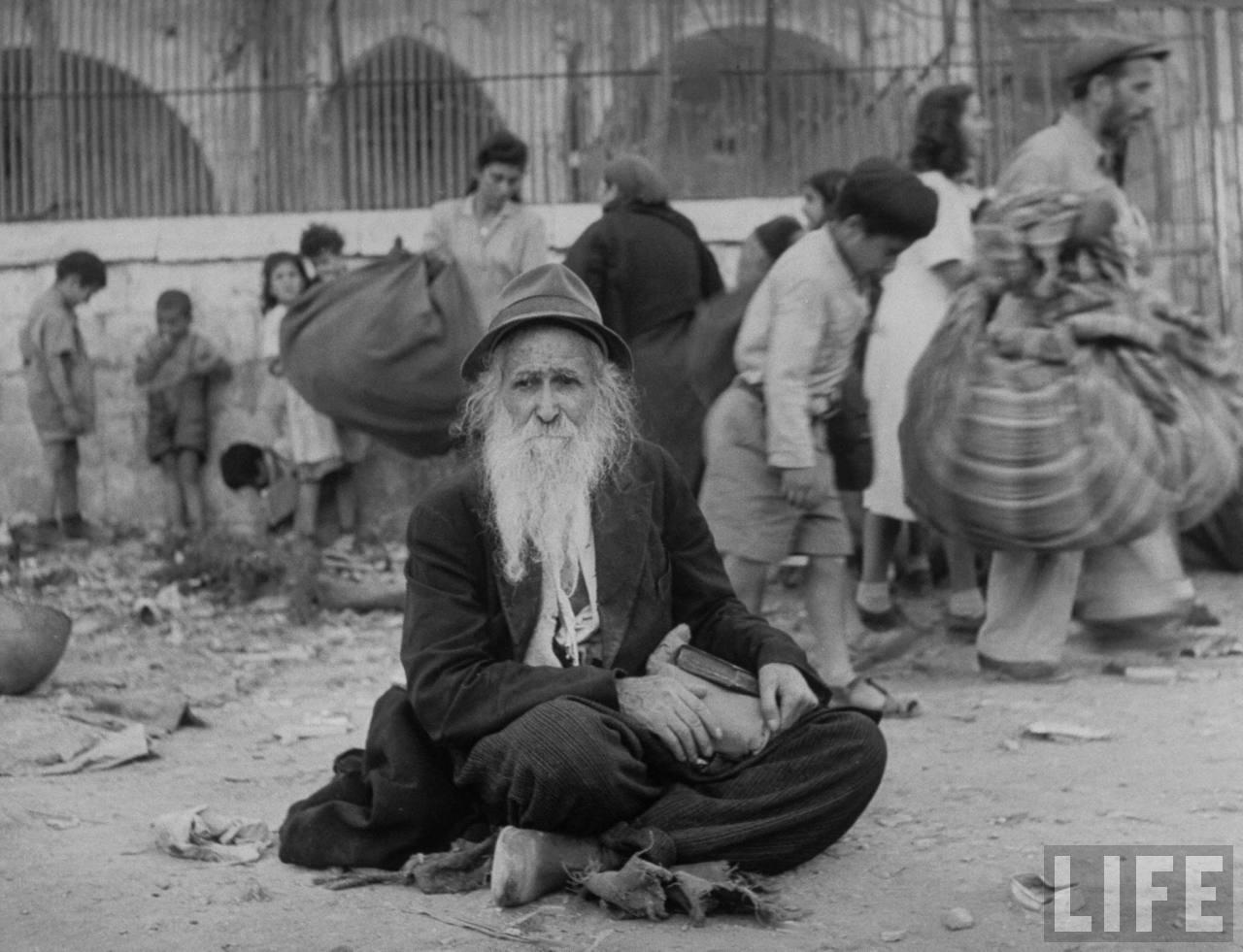 Пожилой еврей на улице после сдачи города. Иерусалим, Июнь