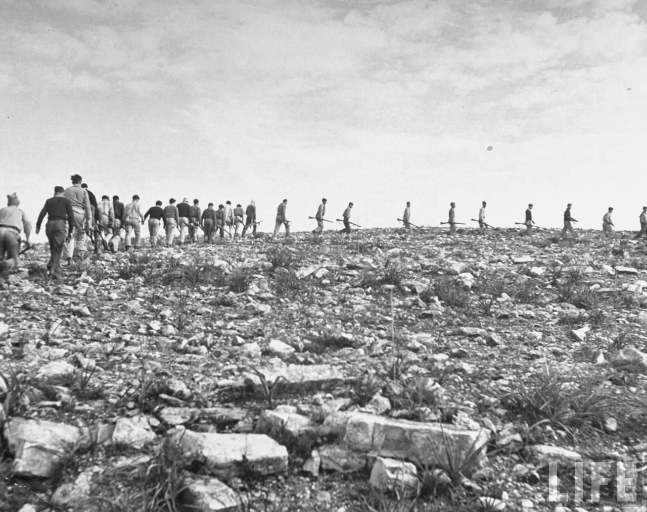 Члены «Хаганы»  маршируют к секретной тренировочной базе в горах. Март