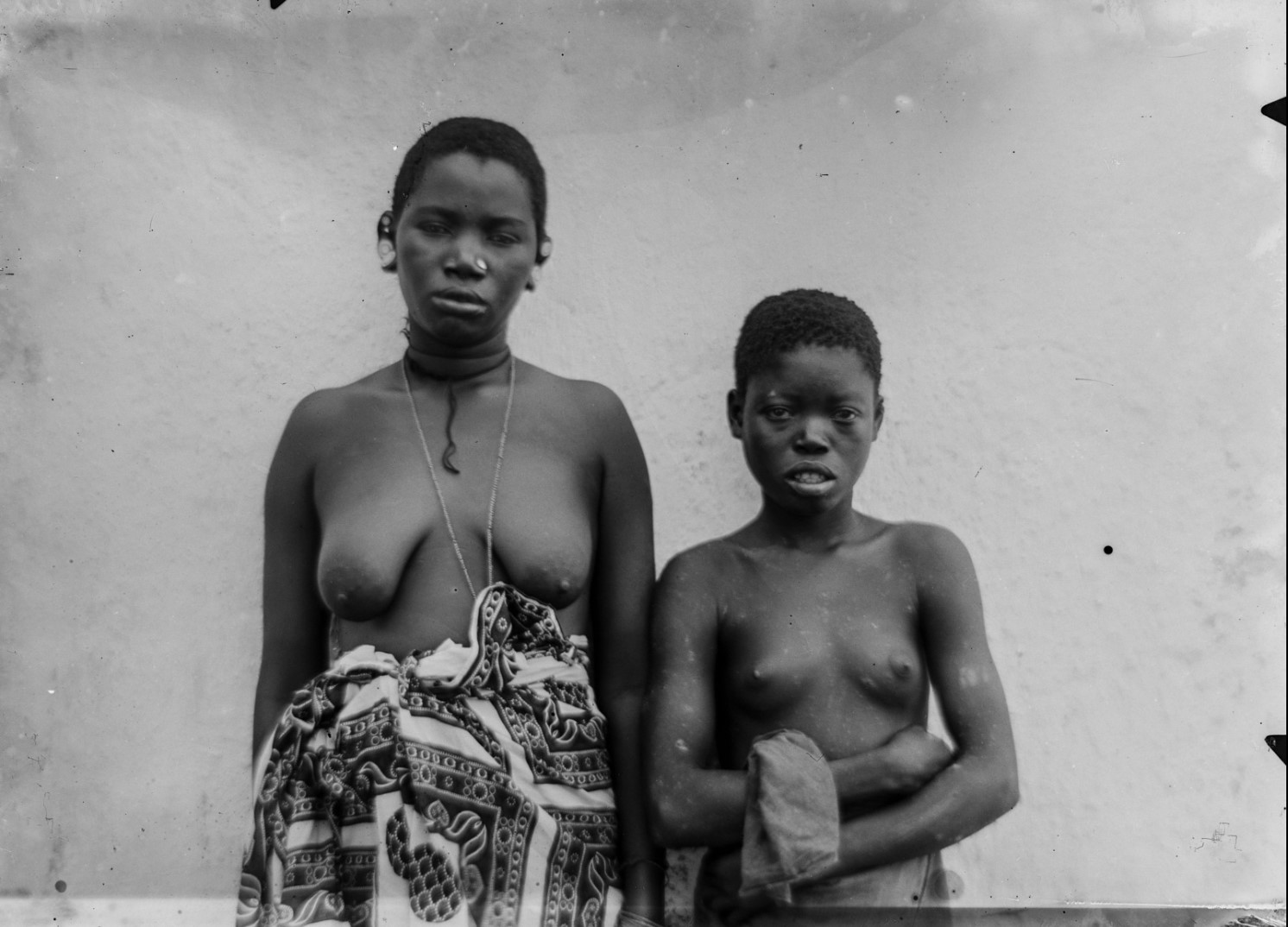 93. Антропометрическое изображение женщины и девушки