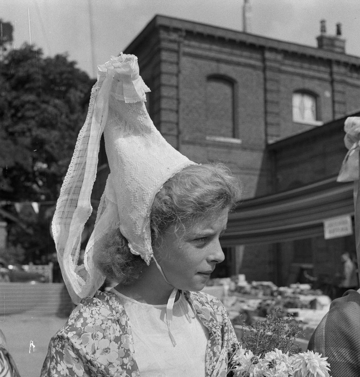 06. Некоторые девушки надели традиционные головные уборы прибрежной Нормандии