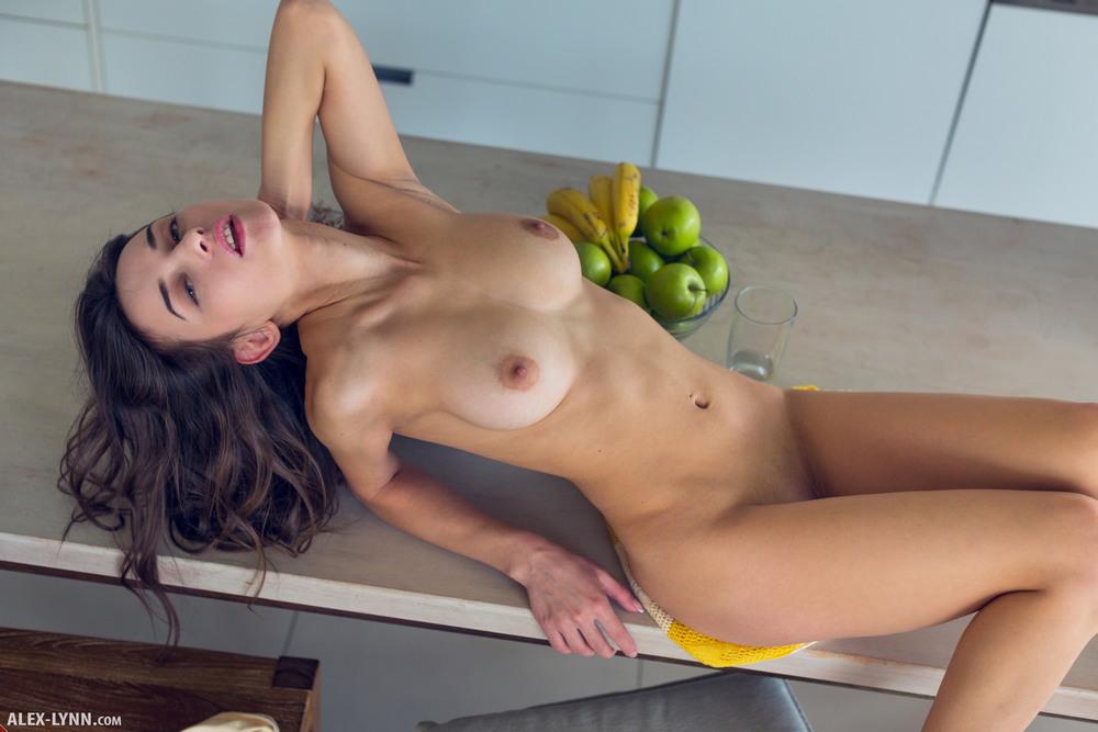 Обнаженная Gloria Sol на кухне