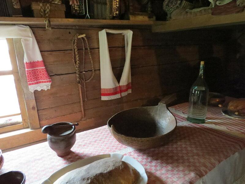 Накрытый стол в избе. Витославлицы в Великом Новгороде