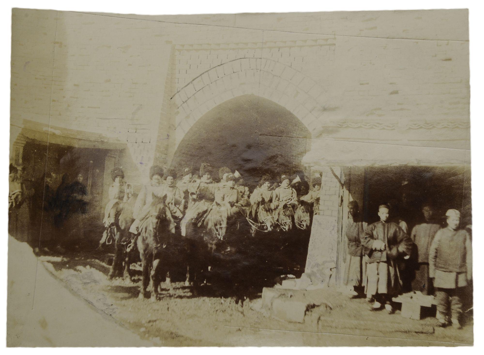 Фото оркестра казачьей бригады, вступающей в город Ляоань 18 апреля 1904