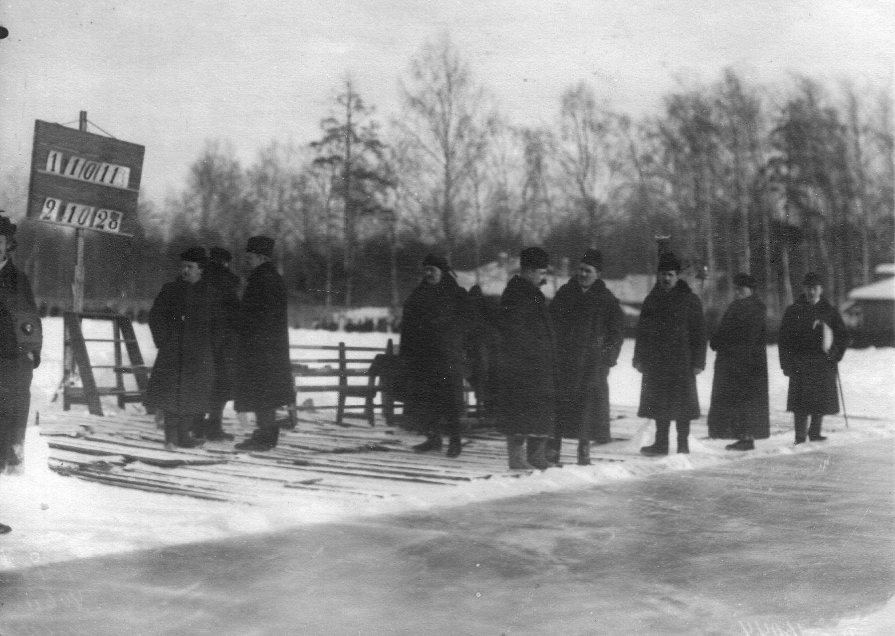 Группа распорядителей соревнований на Крестовском острове. 11 февраля 1913