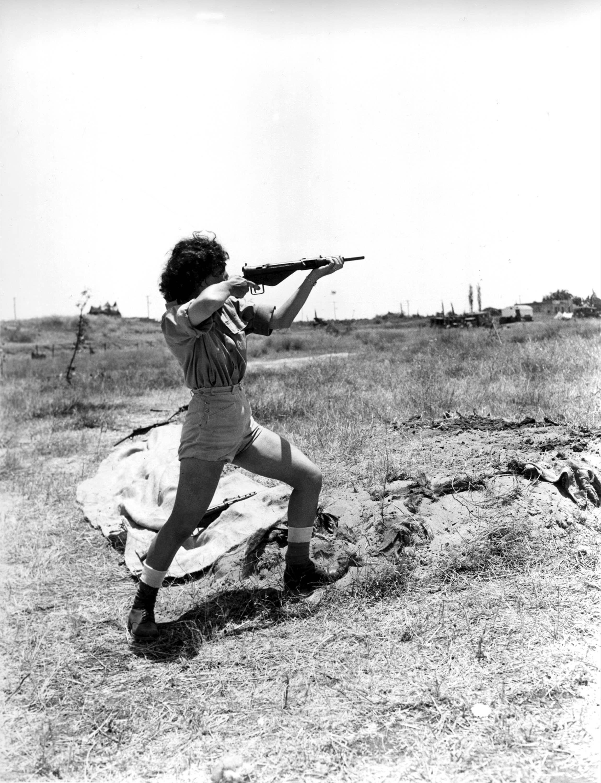 Женщина-офицер, отвечающая за военную подготовку в лагере под Тель-Авивом во время занятий. 15 июня