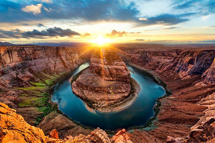 солнце в  изгибе русла реки Колорадо, США