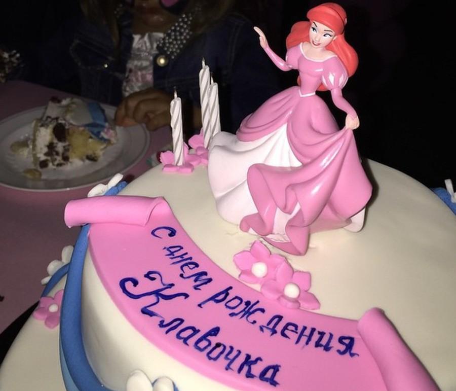 21.Там ее ждал вот такой двухъярусный торт.