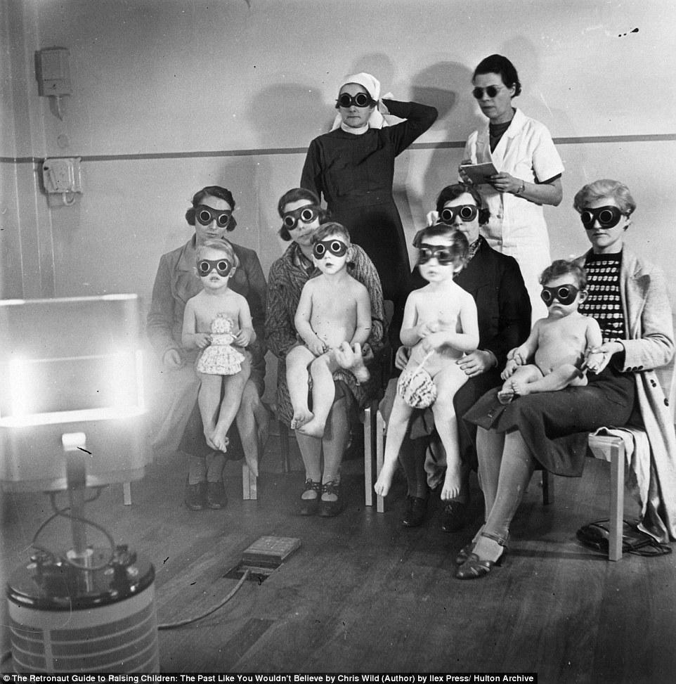 Дети перед кварцевой лампой в 1938 году, после публикации исследований, свидетельствовавших о пользе