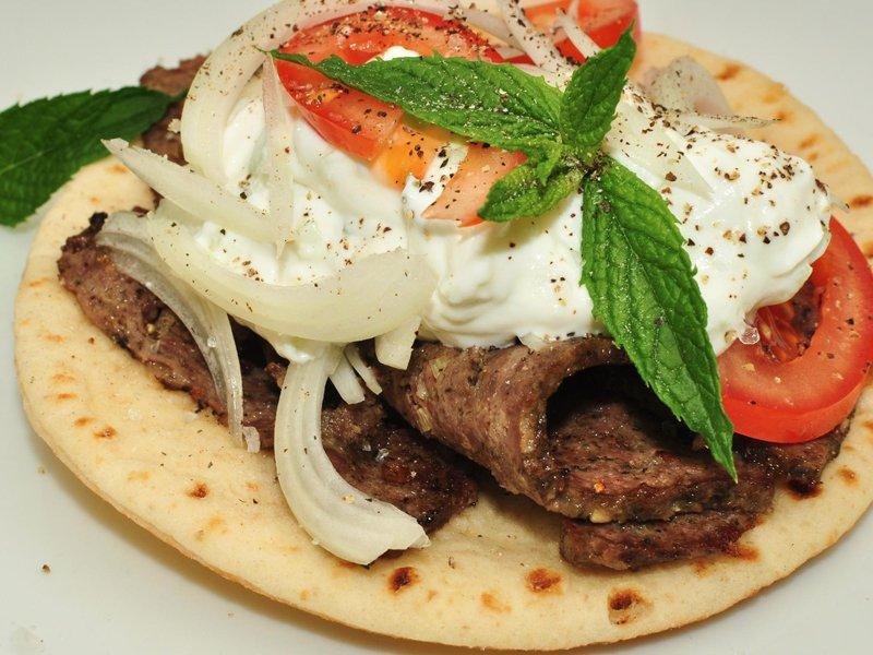 Шаварма Это блюдо похоже на турецкий донер-кебаб, но израильскую шаварму делают из кусочков индейки,
