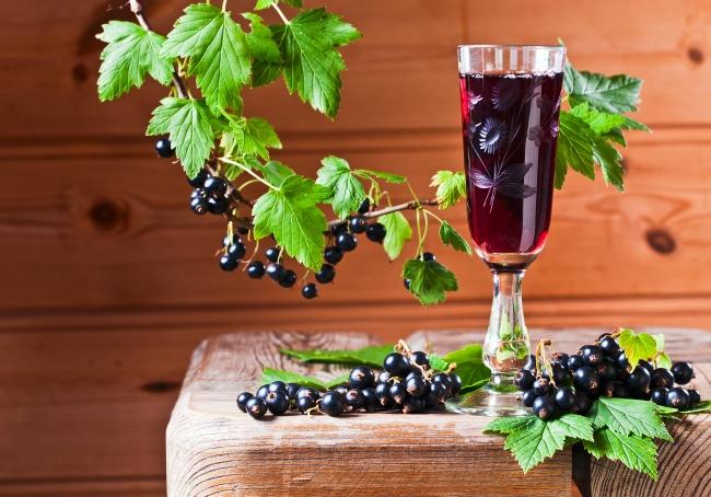 Смородиновое вино Ингредиенты : 2 кг смородины 3 л воды 1 кг сахара Способ приготовления: Тщательно