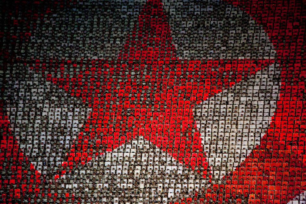 17. Переворачивающиеся карточки на стадионе в виде национального флага во время майских праздников в