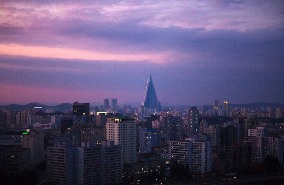 36. Пурпурное небо над 105-этажным недостроенным зданием отеля