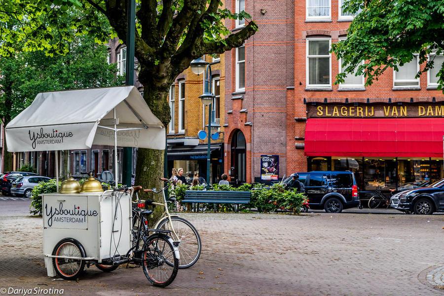 27. Еще две важных составляющих жизни района — кафе-мороженое и мясная лавка Van Dam. Под тем