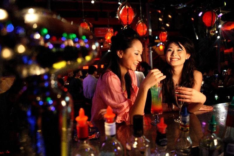 17. Бары – при желании девочек для секса можно найти в барах. Но чтобы договориться с ними, необходи