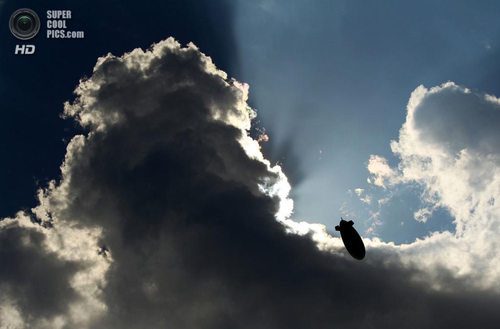 США. Понте-Ведра, Флорида. 8 мая 2010 года. Дирижабль MetLife в небе. (Richard Heathcote/Getty I