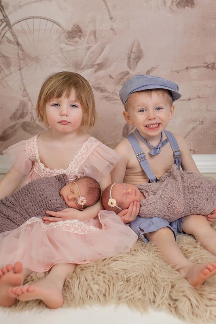 Кадр из неудачной фотосессии. По лицам старших близнецов видно, как им некомфортно, особенно Сиене.