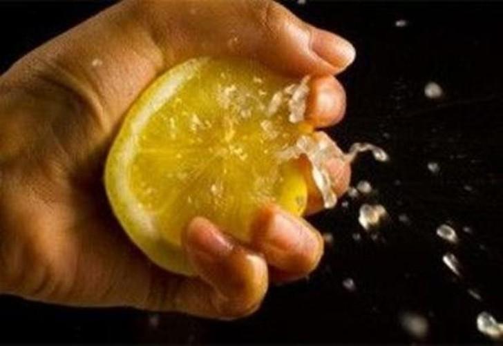 28. Больше сока Чтобы выдавить больше лимонного сока, покрутите фрукт в руках, немного сдавливайте е