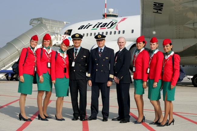 Итальянские стюардессы как истинные патриоты своей страны одеты вцвета национального флага. Ихкост