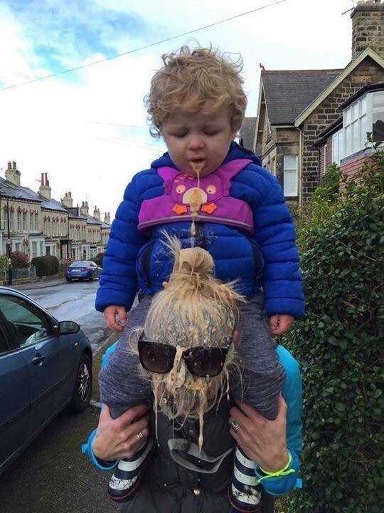 Женщина попала под внезапный рвотный дождь от своего ребеночка.