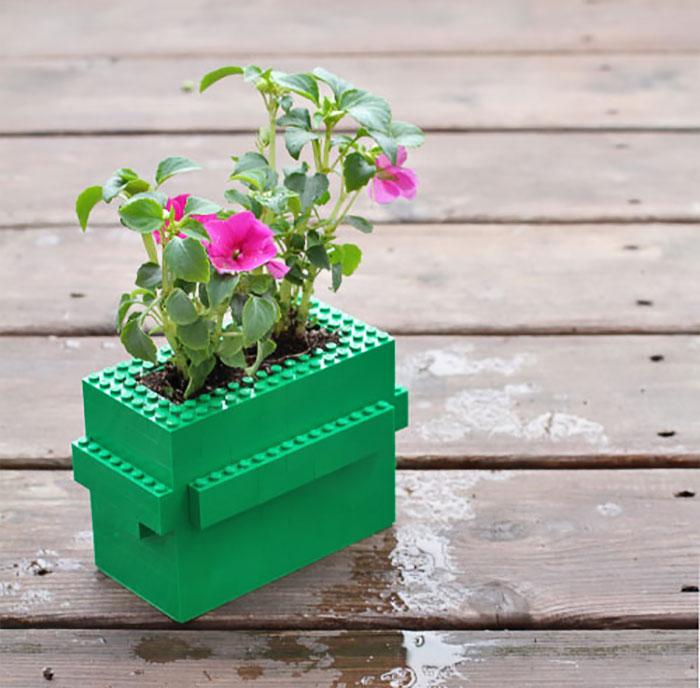 Кубики конструктора отлично сгодятся и для создания яркого кашпо.