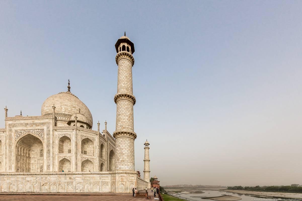 Сейчас на противоположном берегу расположен Мехтаб Баг или «Лунный сад» – один из самых красивых пар