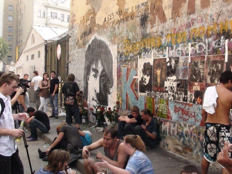 После трагической гибели Виктора Цоя в 1990 году на Арбате у дома 37 появилась Стена памяти рок-звез