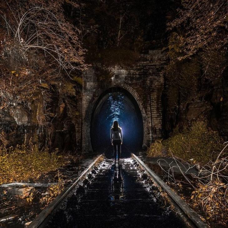 Это старый железнодорожный тоннель в Хеленсбурге (штат Новый Южный Уэльс, Австралия). Он ведет прями