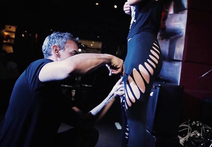 Дизайнер превращает обычную одежду в от кутюр при помощи одних только ножниц
