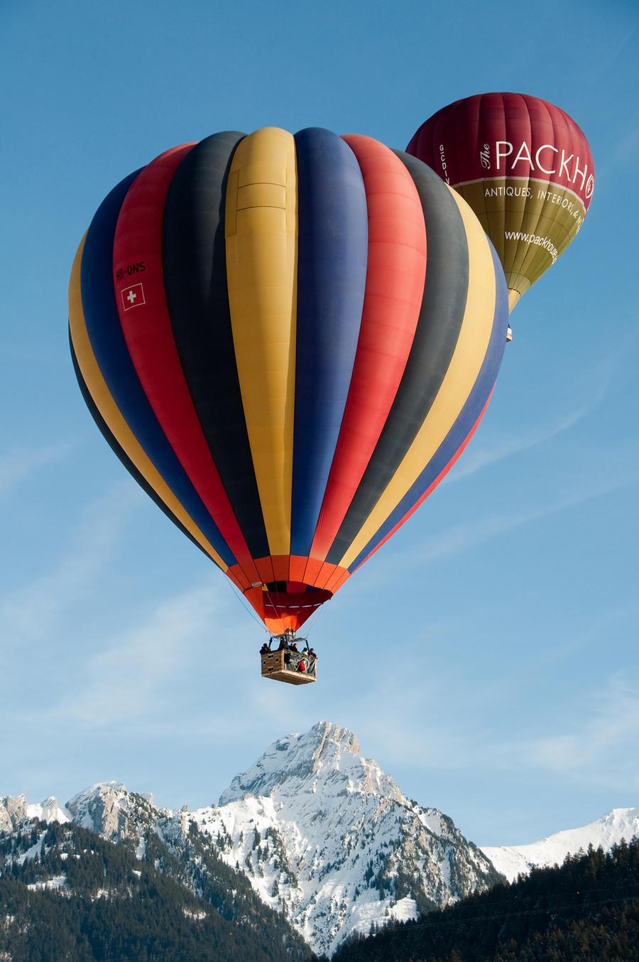 9. Вид из воздушного шара на Альпы в Кантоне Во (Швейцария)