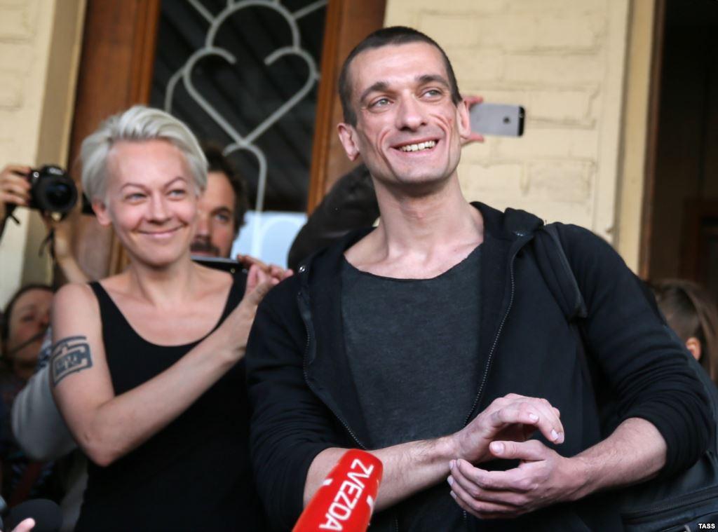 Павленский обнародовал видео поджога двери ФСБ