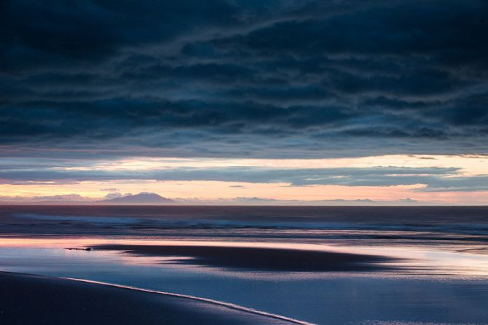 Рассвет на берегу Тихого океана. Отсюда солнце начинает ежедневное путешествие по территории России.