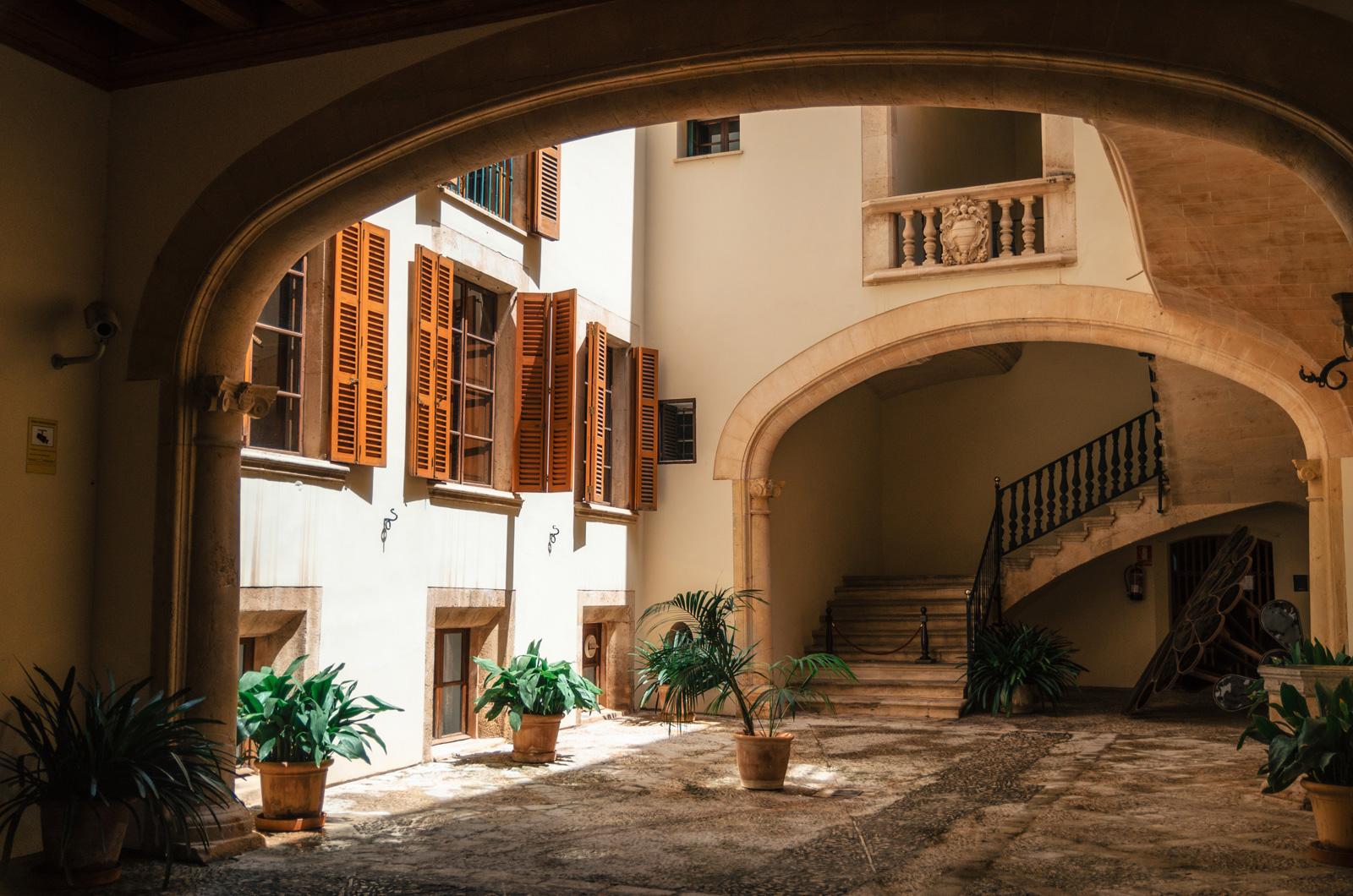Почти во всех особняках Старого Города есть внутренние дворики с естественным освещением, Пальма де Майорка