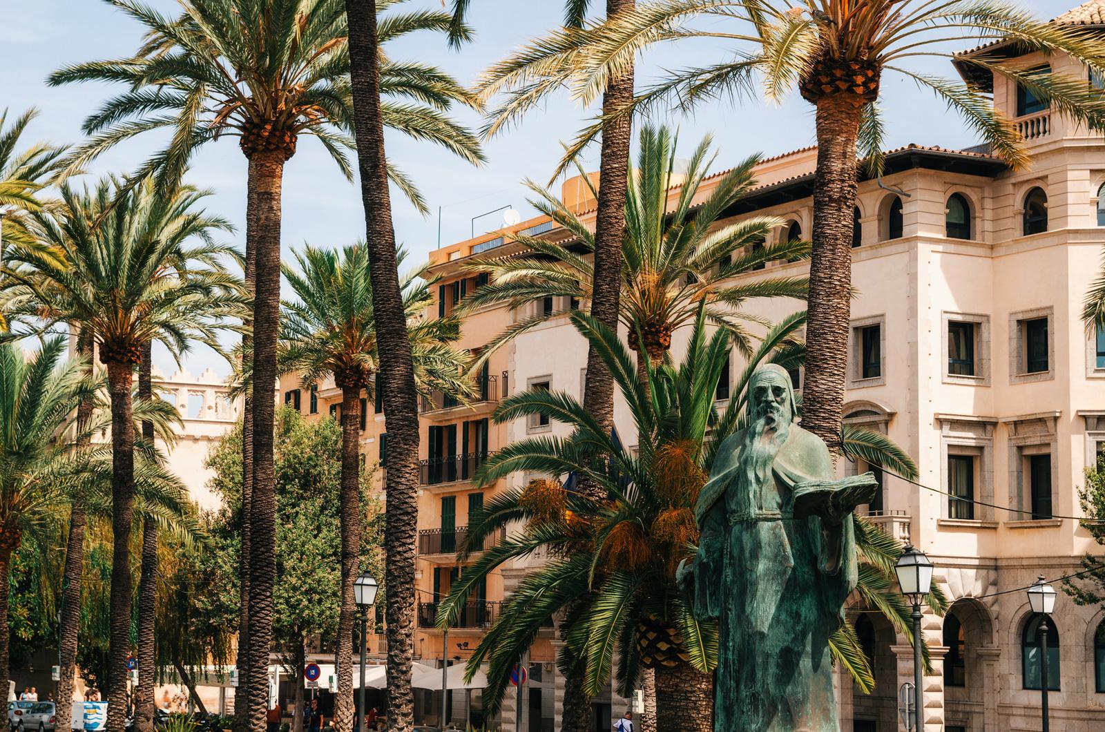 Памятник философу Раймону Луллию, который жил в Пальме-де-Майорка