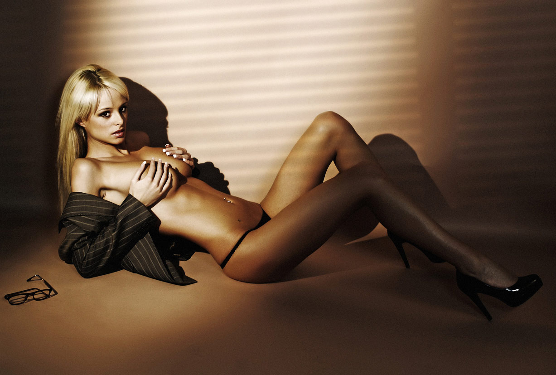 Девушка из офиса - Риан Сагден / Rhian Sugden nude by Frank White - Office Girl