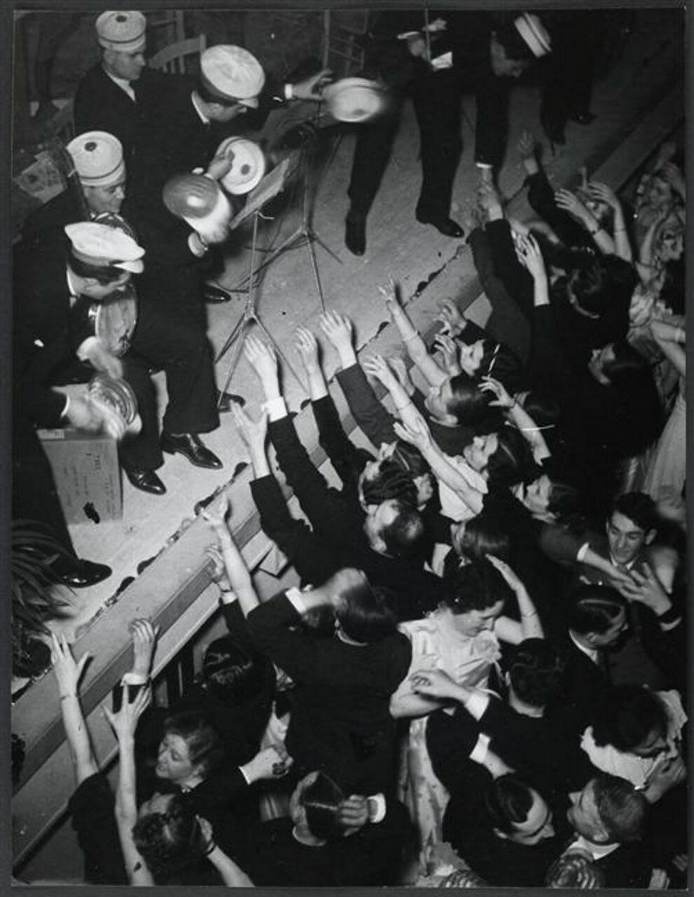 1932. Оркестранты кидают шляпы в толпу