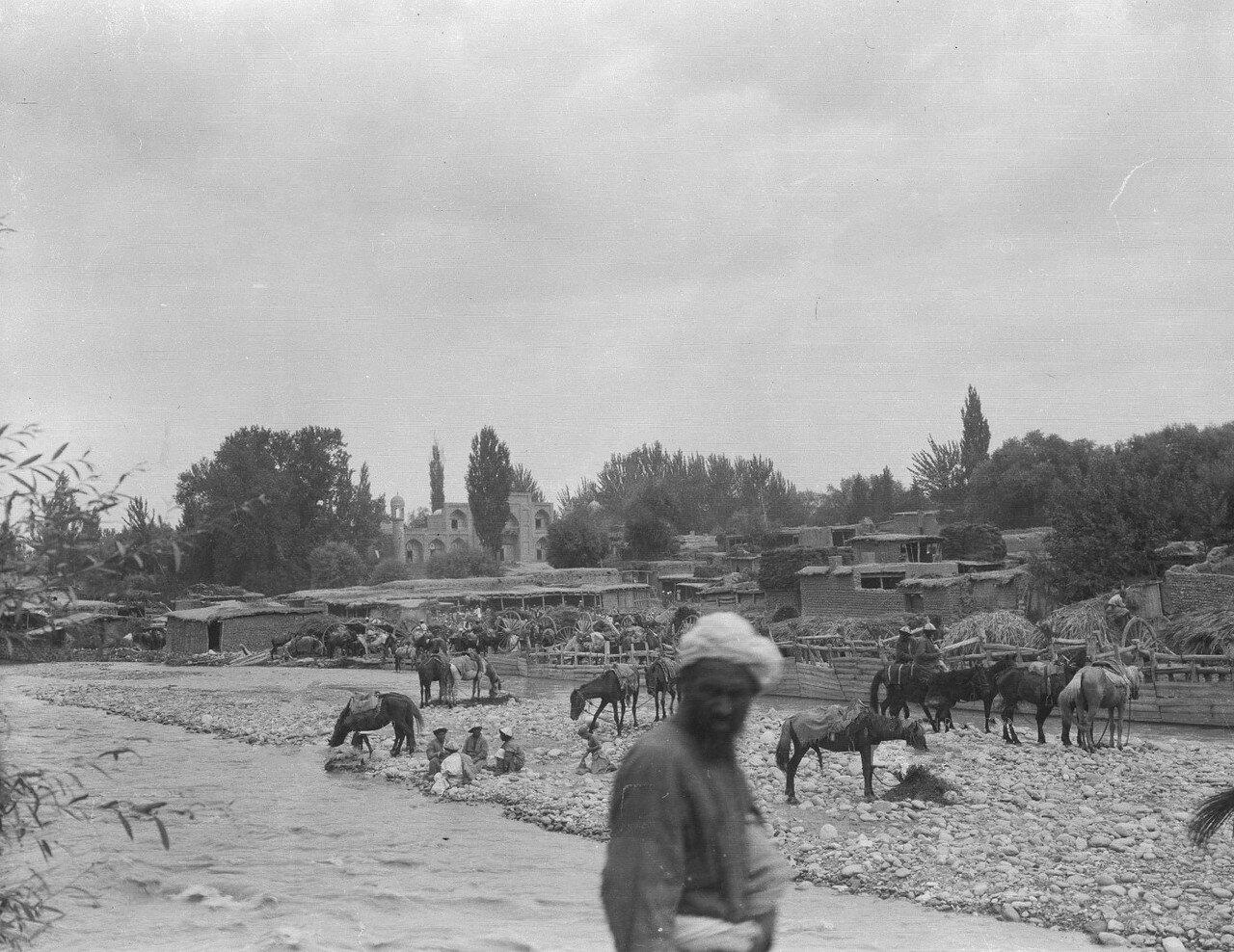 Лошади пьют воду из реки