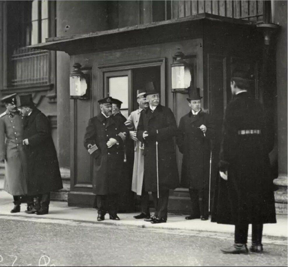 Шведский король Густав V у подъезда Зимнего дворца. 1903.
