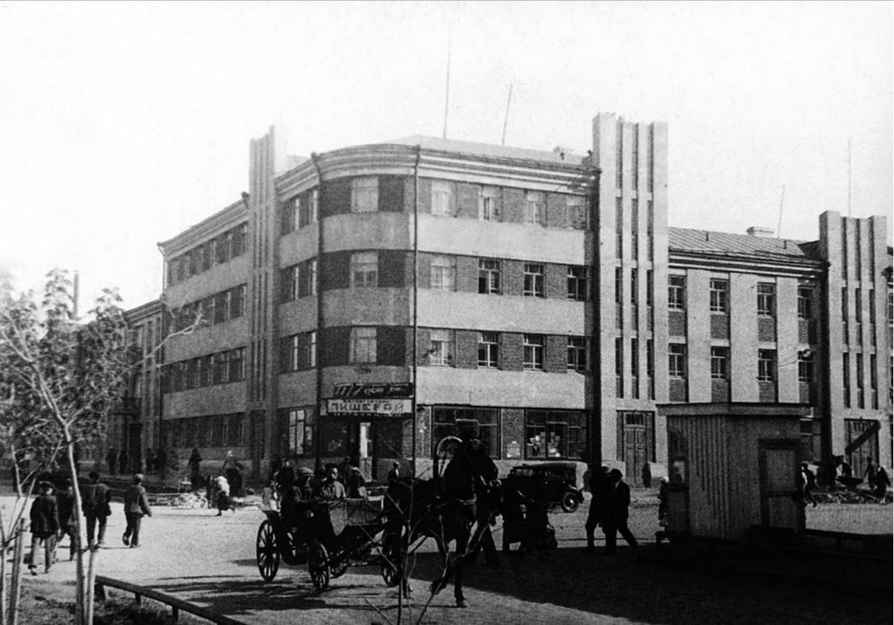 Перекресток улиц Коммуны и Рабоче-Крестьянской. 1932