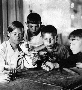 Златоуст. Пионеры за изучением бензинового моторчика. 1930-е.