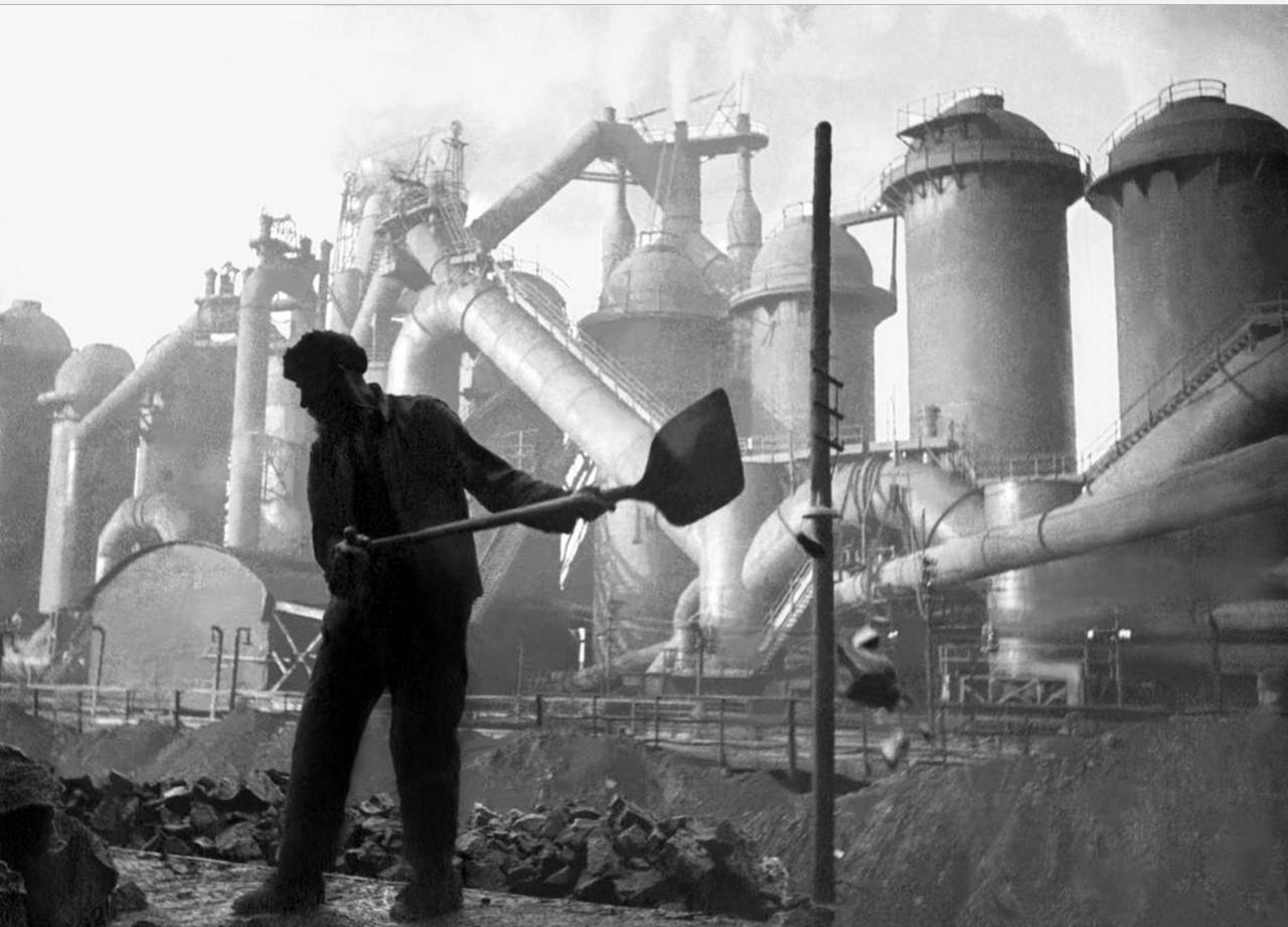 Магнитогорск. Магнитогорский «гигант» и строитель. 1930-е.