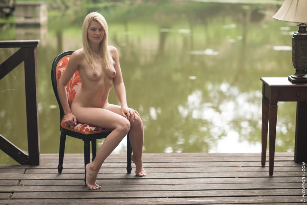 Izzy Delphine разделась возле водоема