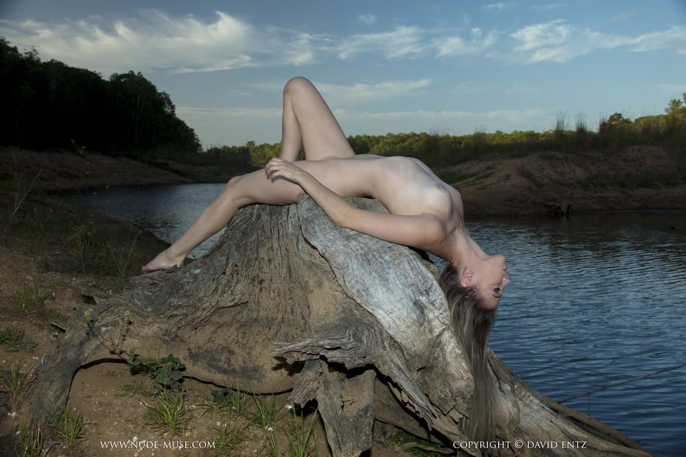 Обнаженная Tiffani на пне возле реки