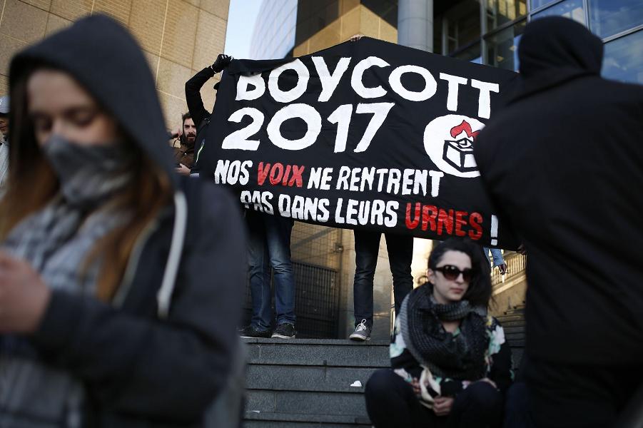 Противники выборов демонстрируют в Париже 23 апреля 2017 года, во время первого тура президентских выборов.png