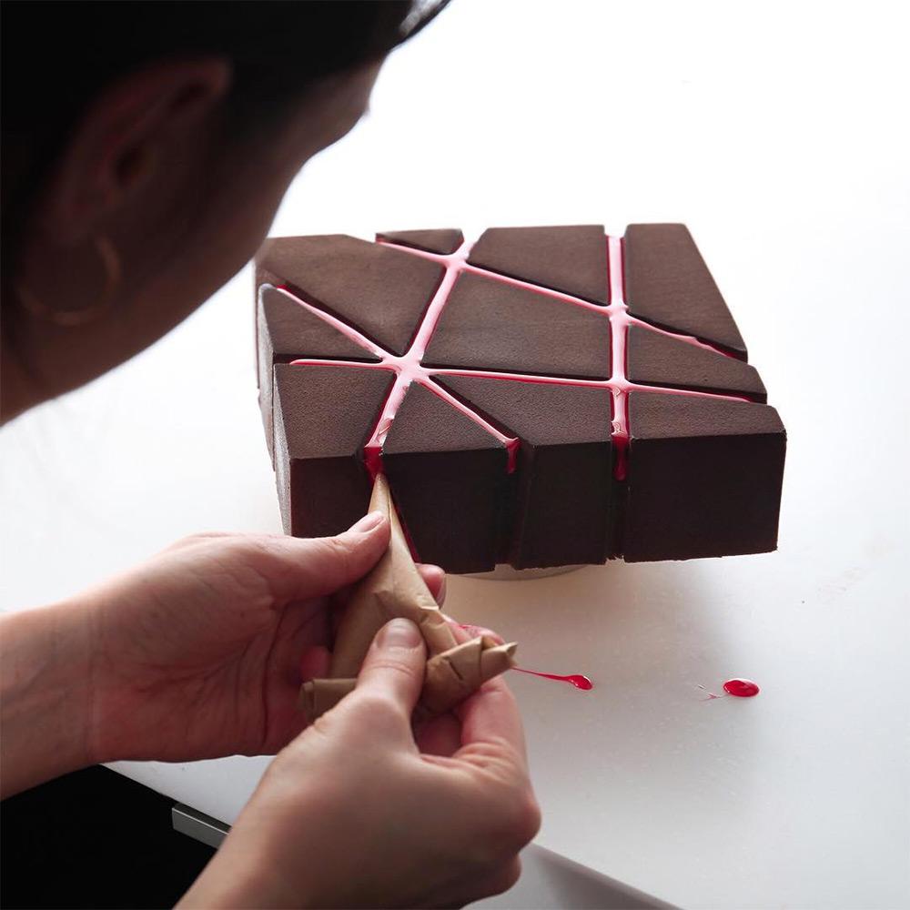 По образованию Динара архитектор и техническая сторона отражается на дизайне тортов. Кондитерском де