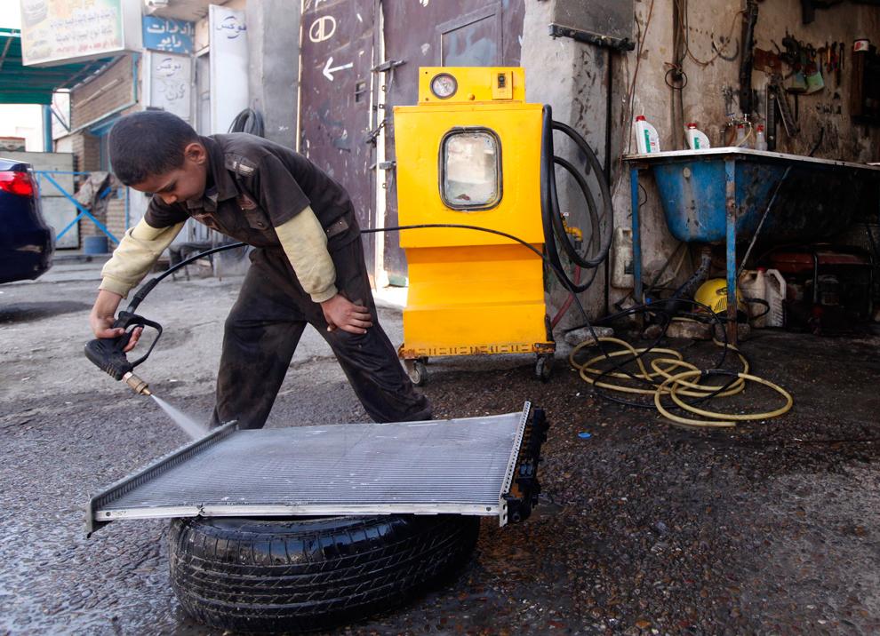 3. Девятилетний Яссер Ясин ушел из школы и теперь работает в гараже в Багдаде. (Saad Shalash/Reuters