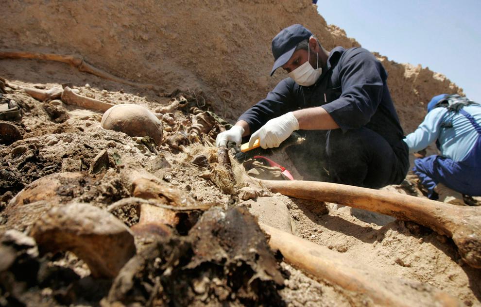 32. Раскопки найденного недавно массового захоронения в пустыне в западной провинции Анбар. Десятки