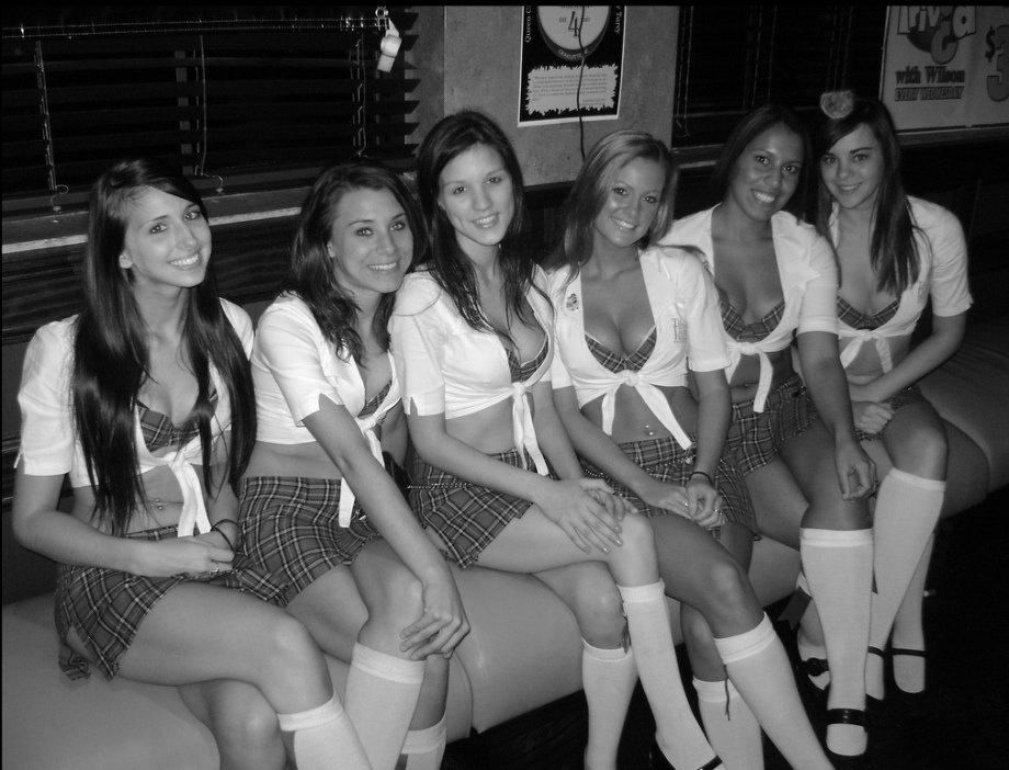 Симпатичные девушки-официантки в пабе